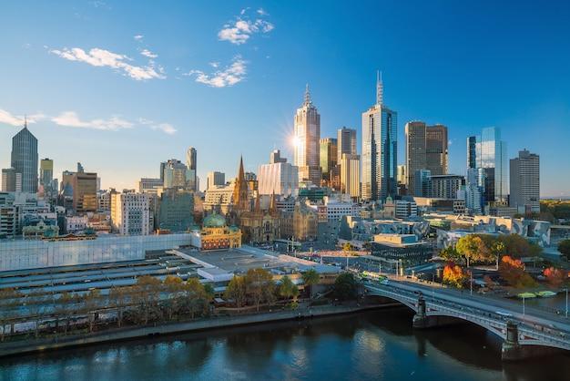 青い空とオーストラリアのメルボルン市のスカイライン