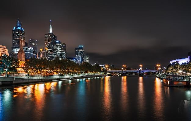 夕暮れ時にヤラ川沿いのメルボルンのスカイライン。