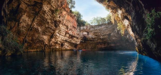 Пещера мелиссани или озеро мелиссани недалеко от города сами на острове кефалония, греция