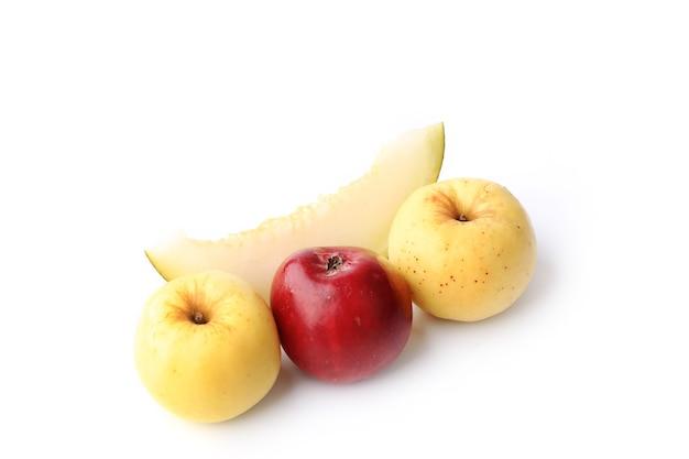 멜론과 사과 흰 배경에 고립