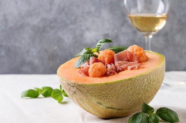 Салат с дыней и ветчиной