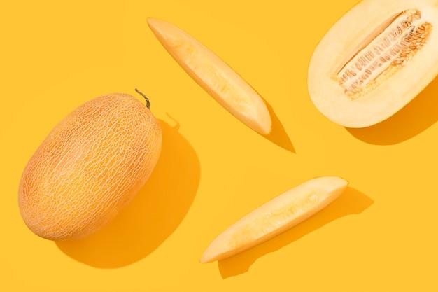 黄色の背景にメロンを細かく切った