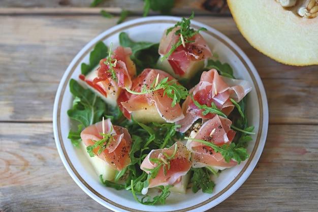 Салат из дыни с прошутто на шпажках