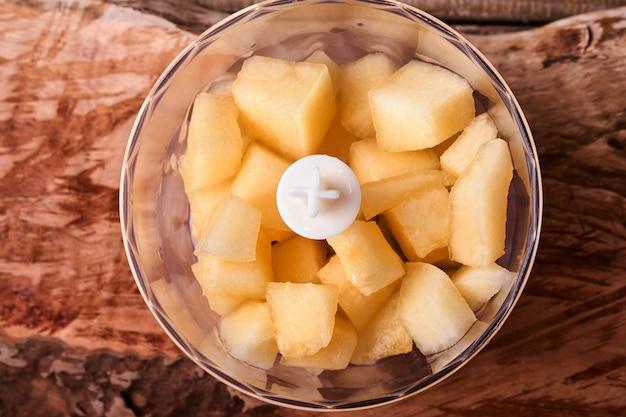 멜론. 오래된 나무 배경에 적절한 영양을 공급하기 위해 믹서기에 과일 디저트를 만들기 위해 얇게 썬 멜론. 조롱. 평면도.
