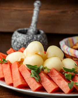 Melone e anguria sul tavolo