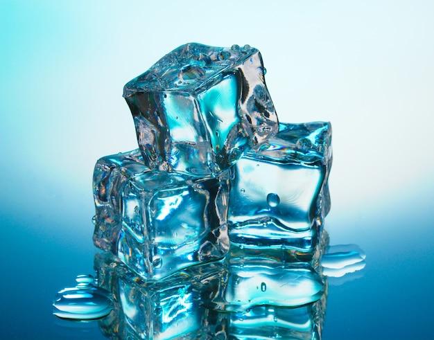파란색 배경에 녹는 얼음 조각