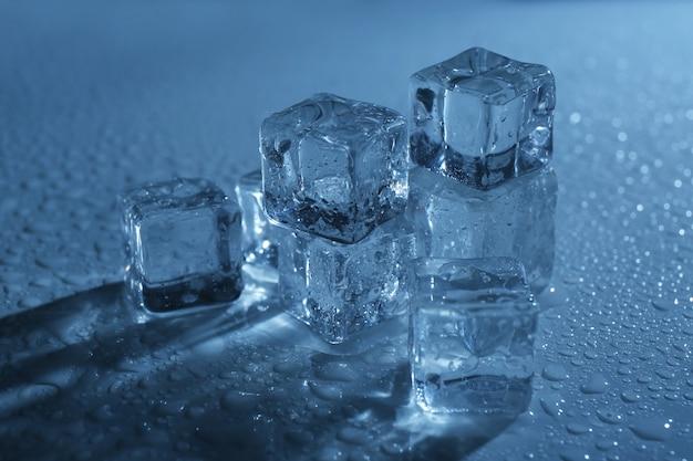 青い光の下で角氷を溶かす