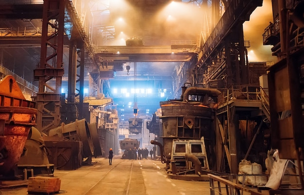 Плавка металла на металлургическом заводе. металлургическая промышленность.