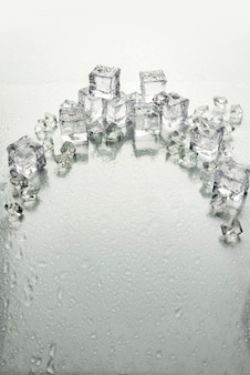 Таяние кусочков льда на мокром светлом фоне и копией пространства.
