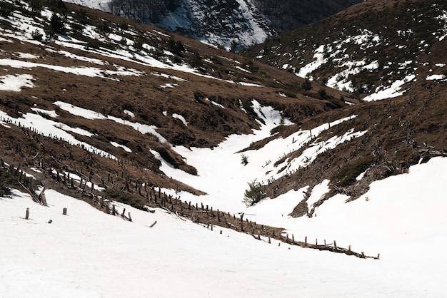 春の山の雪解け風景。