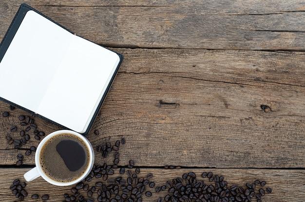 デスクトップビューのメモ帳とコーヒーマグ