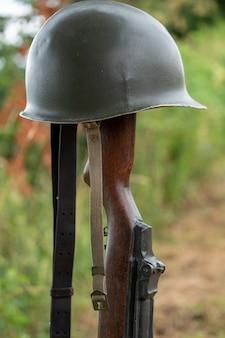 兜と倒れた米兵m1ライフルのシンボルと記念戦場の十字架