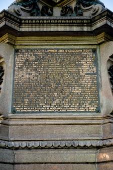 Мемориальная доска у памятника, площадь независимости, исторический центр, кито, эквадор