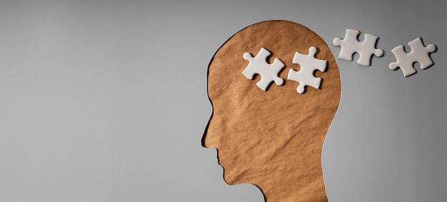 치매, 파킨슨 병 또는 알츠하이머 병 개념으로 인한 기억 상실. 뇌 기능 저하. 구겨진 공예 종이와 직소 퍼즐로 만든 잃어버린 기억이있는 오래된 주름진 피부 얼굴.