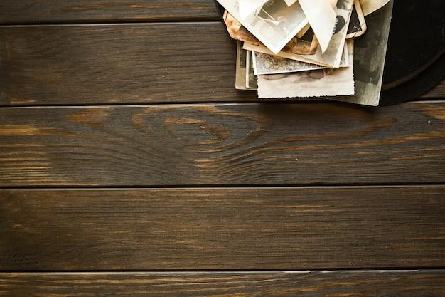 メモリ。木製の背景に古い家族の写真。空白の古い集合写真平面図コピースペース