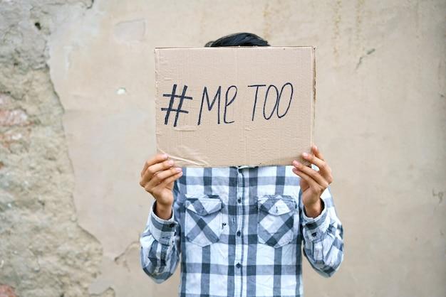 우울한 표정의 남자들과 새로운 운동 id로 metoo 텍스트 metoo와 함께 종이를 보여주는 ...