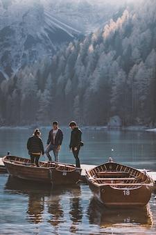 Мужчины и женщина, стоящая на коричневой лодке