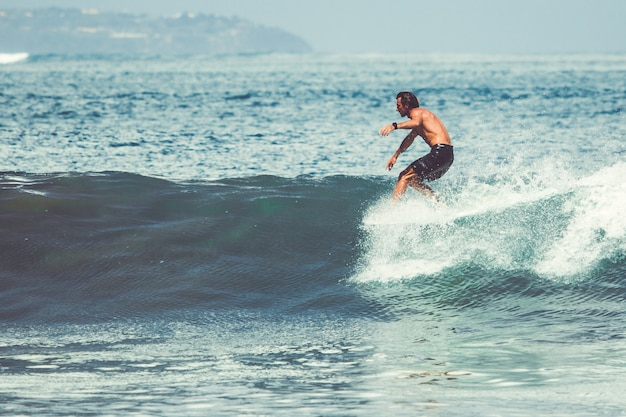 男女がサーフィンしています