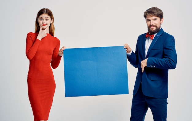 남자와 여자는 파란색 종이를 들고있다