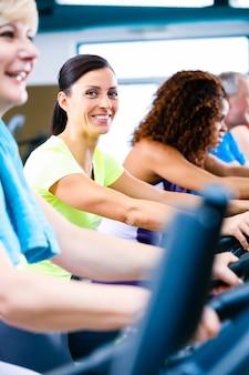 スポーツのためにフィットネススピニングをしている男性と女性