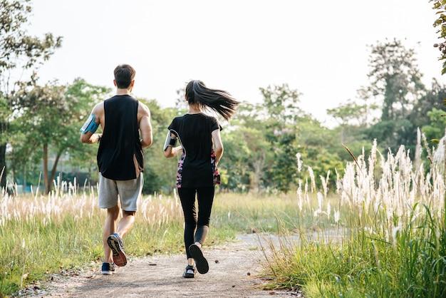 男性と女性はランニングで運動します。