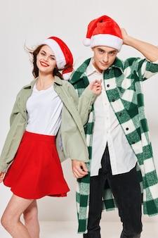 休日のクリスマスの新年の帽子サンタクロースの男性と女性。高品質の写真