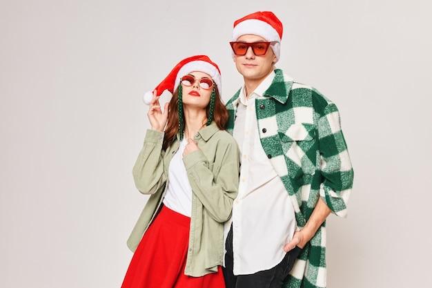 男性と女性の新年のサングラスクリスマススタジオを一緒に