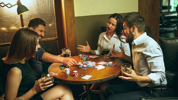 男性と女性のトランプゲーム。ポーカー、イブニングエンターテインメント、興奮のコンセプト