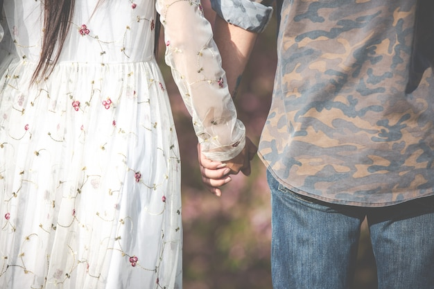 男性と女性が手を振る