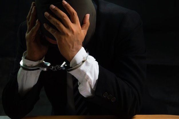 Мужчины подвергаются стрессу. его арестовали и наручники.