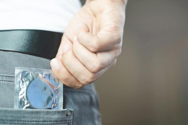남성은 에이즈 예방을 위해 콘돔을 사용하고 있습니다.