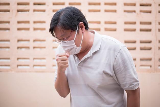 Мужчины носят маску на лицо для защиты от инфекций и вирусов (covid-19)