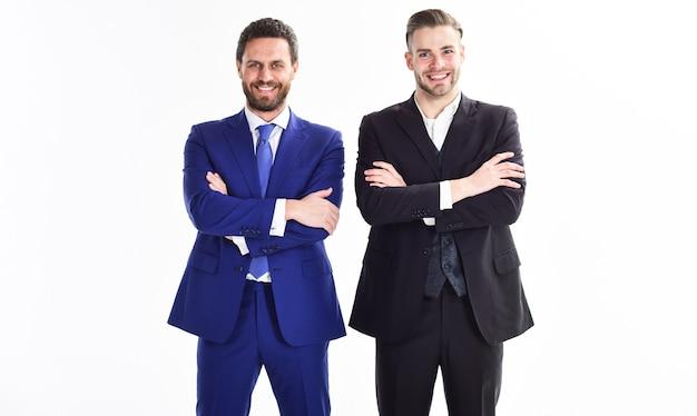 Формальный костюм бизнесмена мужчин стоять уверенно со скрещенными руками белый фон. уверенные в себе руководители бизнеса. присоединяйтесь к бизнес-команде. доверие и поддержка. создайте бизнес-команду. руководители отдела.
