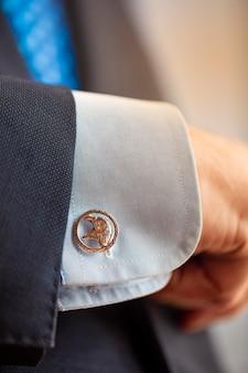 黄金の装飾品で男性ボタン