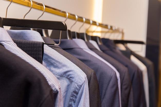 소매 옷가게에서 옷걸이에 다른 색상의 남성 클래식 셔츠