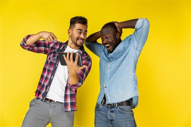 Мужчины в восторге от просмотра планшета