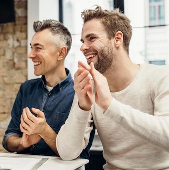 Мужчины обсуждают бизнес, улыбаясь