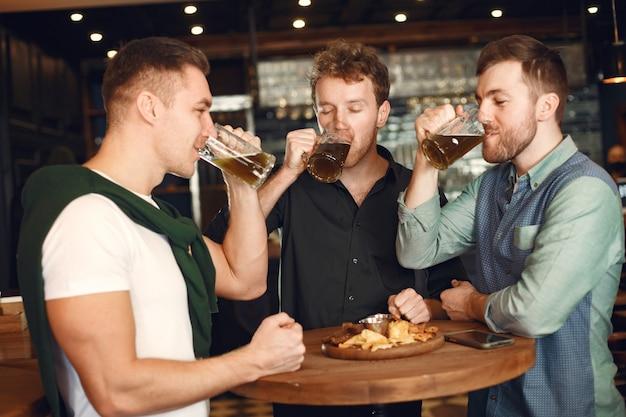 술집에서 맥주를 마시는 남자.