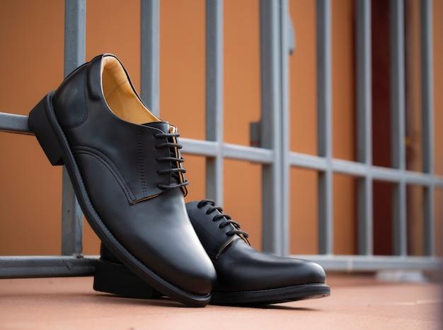 Мужские модные черные туфли дерби из кожи на полу.