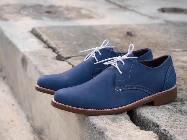 Мужские модные темно-синие туфли кожаные на полу.
