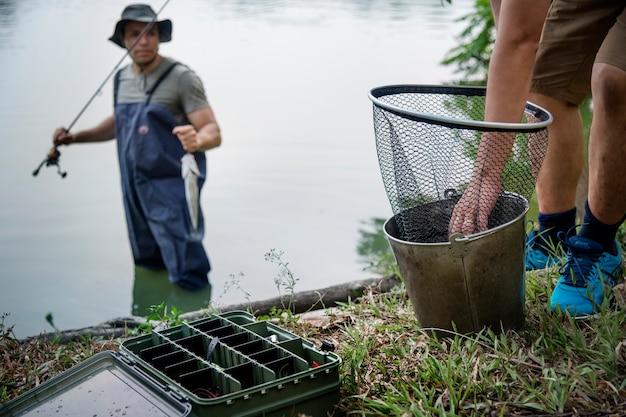 Мужчины, рыбалка на озере