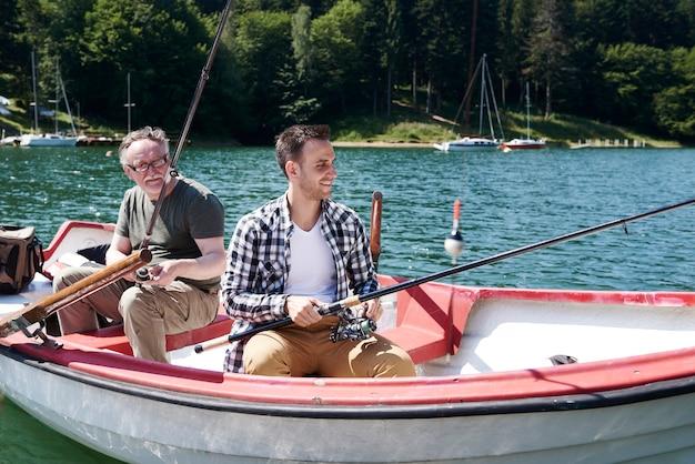湖で釣りをする男性