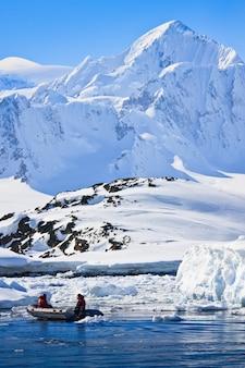 Мужчины, ловящие рыбу во льду