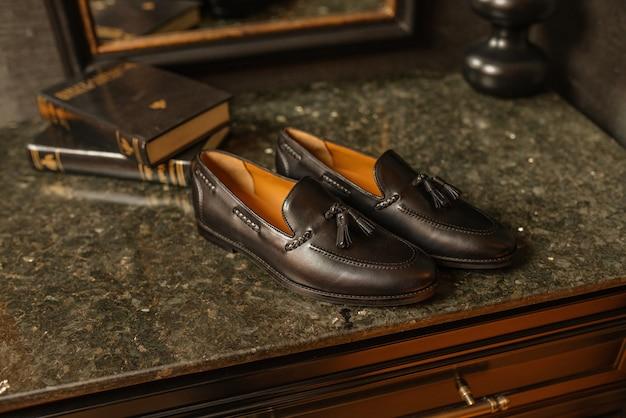 어두운 배경에 남자 정장 신발
