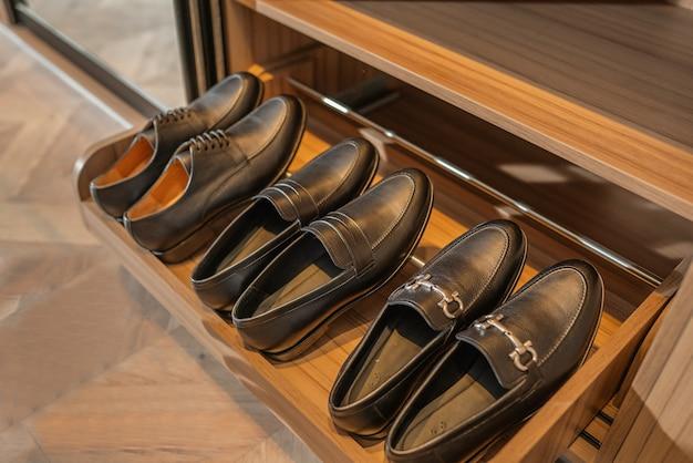 暗い背景の上の男性のフォーマルな靴