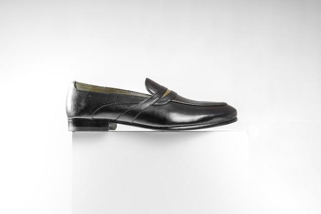 白い背景の上の男性のフォーマルな靴