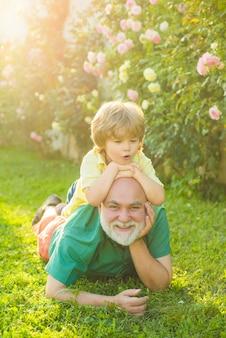 男性世代の人々とおじいちゃんの退職者ヘルスケアの家族生活の成長段階...