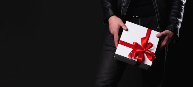 Мужчины рука подарочная коробка празднуют концепцию