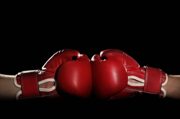 Мужчины в боксерских перчатках на черном фоне