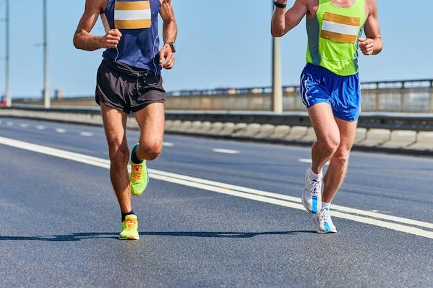 Мужчины в спортивной одежде бегают по улице